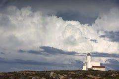 有剧烈的天空的费尔岛灯塔 库存图片