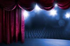 有剧烈的照明设备的剧院帷幕 图库摄影