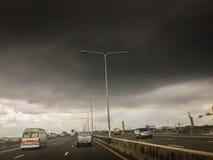 有剧烈的阴暗天空和乌云的高速公路在雨前 库存图片