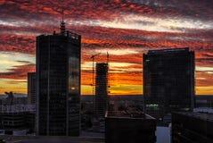 有剧烈的colorfull日落的-商业中心摩天大楼-现代都市 免版税图库摄影