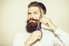 有剪刀的有胡子的人 免版税图库摄影