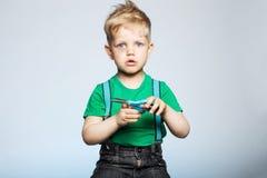 有剪刀的淘气孩子 免版税库存照片