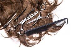 有剪刀的长的棕色头发 免版税库存图片