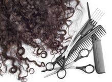 有剪刀的头发在关闭 免版税库存照片