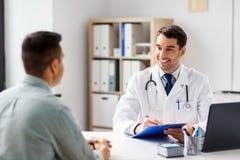 有剪贴板和男性患者的医生医院的 免版税库存图片