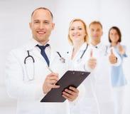 有剪贴板和听诊器的微笑的男性医生 库存照片