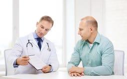 有剪贴板和患者的医生在医院 库存图片