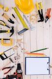 有剪贴板的不同的工具在与拷贝空间的木桌面 免版税库存照片