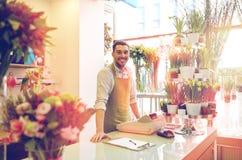 有剪贴板的卖花人人在花店柜台 免版税库存照片