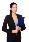有剪贴板的女实业家举行 免版税库存照片