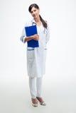有剪贴板的快乐的女性医生 库存照片