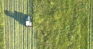 有割在领域的刈草机移动的干草机增长的草 股票录像