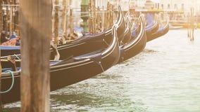 有力地晃动在渠道的波浪的威尼斯式长平底船弓  股票录像