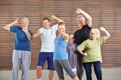 有力量和能量的活跃前辈在健身房 免版税图库摄影
