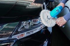 有力量缓冲机器的汽车车灯在服务站- a 免版税库存照片