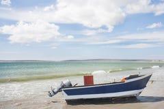 有力量马达的一条小船在水外面。 免版税库存图片
