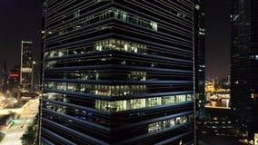 有办公室发光的窗口的外部美丽如画的现代摩天大楼在晚上 射击 夜生活的概念 股票录像