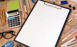 有办公室或学校用品的办公桌工作场所与白纸在中心 库存照片