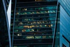 有办公室窗口的摩天大楼 库存照片