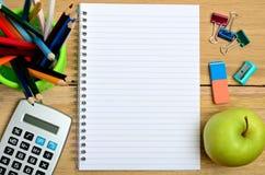 有办公用品的空白的笔记本 免版税图库摄影