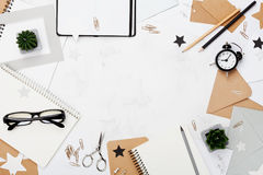 有办公用品的,镜片,闹钟运转的书桌和清洗笔记本顶视图 平的位置 复制文本的空间 大模型框架 免版税库存图片