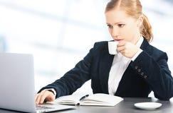 有办公计算机和咖啡的女商人 库存图片