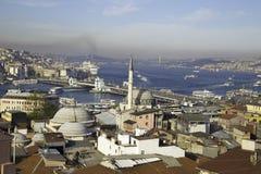 有加拉塔的Rustem帕沙清真寺和Bosphorus在金黄垫铁附近跨接 免版税库存图片