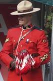 有加拿大旗子的RCMP官员 库存照片