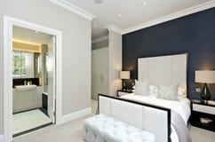 有加长型的床的当代卧室与豪华设计师毛皮 免版税库存图片