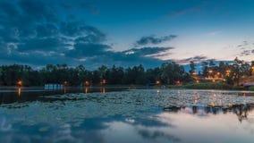 有动态天空的镇静湖在夏天 免版税库存照片