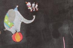 有动画马戏大象油漆的黑墙壁在球的 建筑学现代室内设计 明信片背景 免版税库存图片