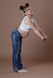 有动画片耳朵的滑稽的怀孕的女孩 免版税库存照片