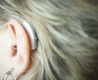 有助听器的聋妇女 库存照片