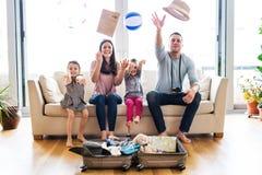 有包装在假日的两个孩子的年轻家庭 免版税库存图片