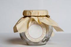 有包装的织品和绳索的空的玻璃瓶子 库存图片