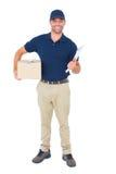 有包裹和剪贴板的送货人在白色背景 免版税库存照片