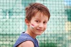 有匈牙利三色trikolor的微笑的男孩他的面孔 库存图片