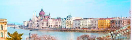 有匈牙利议会大厦和多瑙河的,布达佩斯全景 免版税库存图片