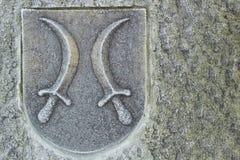 有匕首的冠在石墙上 免版税库存图片