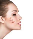 有化妆基础的妇女在皮肤 免版税库存照片