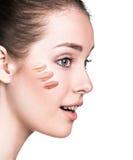 有化妆基础的妇女在皮肤 库存照片