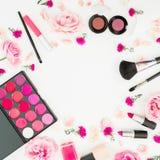 有化妆用品、辅助部件和鞋子的女性书桌在白色背景 平的位置,顶视图 免版税库存照片