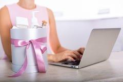 有化妆用品的礼物盒 免版税库存图片
