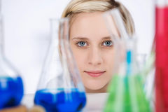 有化学制品的女性科学家在实验室书桌上 免版税库存照片