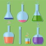 有化学制品的实验室玻璃瓶在平的样式 免版税图库摄影