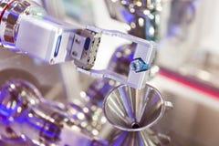 有化工管的机器人机械臂在一个医学实验室 库存图片