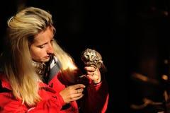 有北方猫头鹰的白肤金发的猎鹰训练术夫人 免版税图库摄影