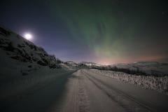 有北极光的冬天路 图库摄影
