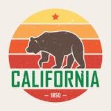 有北美灰熊的加利福尼亚T恤杉 T恤杉图表,设计,印刷品,印刷术,标签,徽章 皇族释放例证
