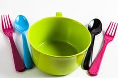 有匙子和叉子的碗 库存照片